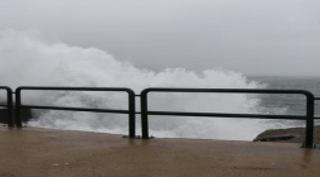 Limandaki dalgalar 7 metrelik duvarın boyunu aştı